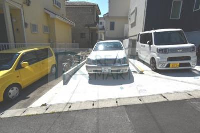 車を駐車しても横を自転車が通れます。