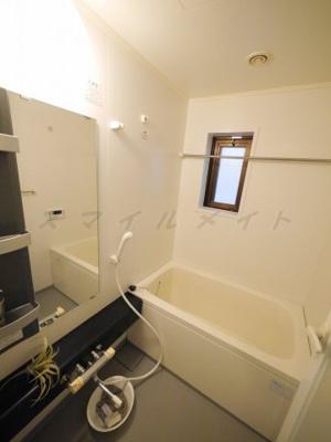 一日の疲れをとる清潔感のあるバスルームです。窓付きです。