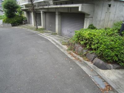 いつでも目の届く敷地内に駐車場があります♪シャッター付きなので雨の日も濡れません♪