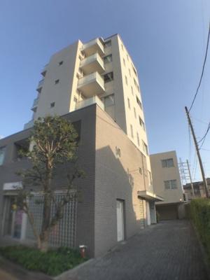低層の住宅と自然に囲まれた立地。京王線、世田谷線、井の頭線の3路線にアクセス可能なところもポイント。