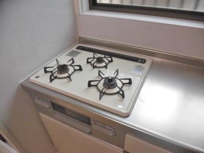3口ガスコンロ/グリル付きのシステムキッチンでお料理の幅が広がります♪!自炊生活で楽しく健康に!