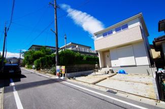 1号棟 現地(2018年6月)撮影 風通しも良く子育てに適したのどかで静かな住宅地。前面道路は幅員約5m。