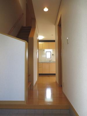 玄関から室内への景観です!左手に2階へ上がる階段があり、廊下を抜けると9.7帖のダイニングキッチンがあります♪