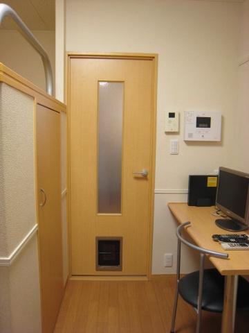 ドアの下部に、ペットの通り道(抜け道)の穴が設置されてます。