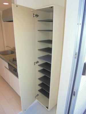 キッチン横 収納棚