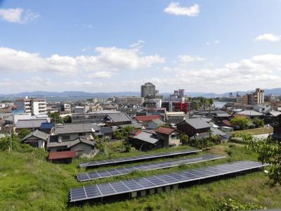 東側隣地と高低差があり、太陽光発電設備設置のため、琵琶湖の眺望を遮るものがありません