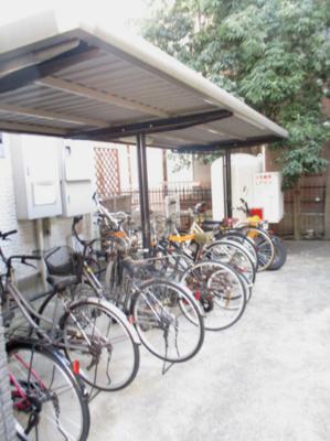 屋根付きの駐輪場で雨が降っても大切な自転車が濡れなくてすみますね♪自転車があれば通勤・通学、お買い物にも便利です☆