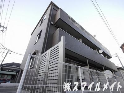 鉄骨造3階建て、総世帯12戸のマンションです。