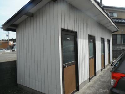 屋外に物置が設備されております。大きな物やタイヤが収納出来て便利です。