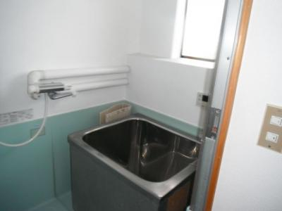 シャワーと追い炊き機能付きでいつでも温かいお風呂に入れます。