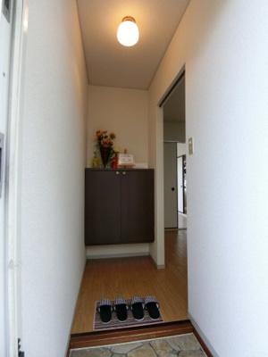 玄関から室内への景観です!右手に6帖のダイニングキッチン、正面にシューズボックスがあります★