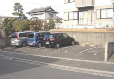 いつでも目の届く敷地内に駐車場を完備しています♪お車をお持ちの方におすすめです!