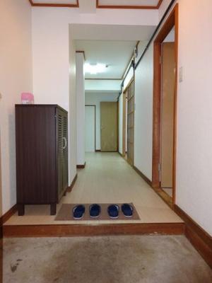 玄関から室内への景観です!右手に洋室6帖、左手にキッチンがあります★広めの玄関スペースでお客様のお出迎えもスムーズ!