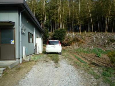 いつでも目の届く敷地内に駐車場があります♪嬉しい2台付き(※縦列駐車)!お車を使う業種の方にもオススメです☆