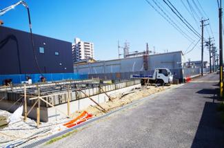 1号棟 前面道路含む現地(2018年4月)撮影 こちら前面道路は北側4.9m。 1号棟は北西角地。