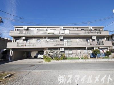 閑静な住宅街に佇む3階建ての低層マンションです。