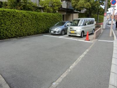 【現地写真】 敷地内に駐車場があると 雨、風の日でも安心、安全、楽々ですね♪