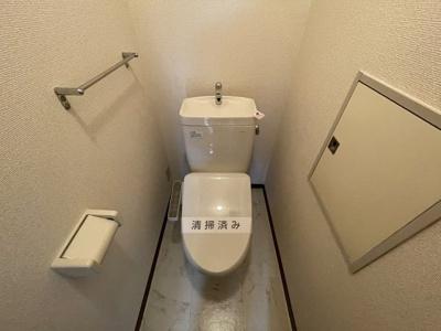 人気のバストイレ別!トイレが独立していると使いやすいですよね☆上部にはトイレットペーパーのストックなどを置ける棚があります!