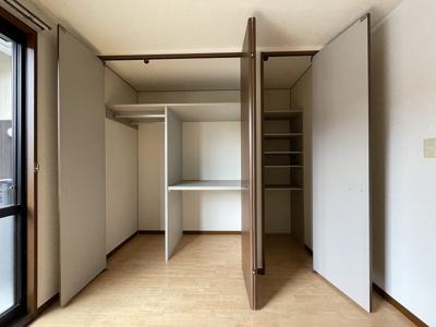南向き洋室5.8帖のお部屋にあるクローゼット(左)です♪荷物の多い方でも安心の収納力!お部屋がすっきり片付いて快適に☆