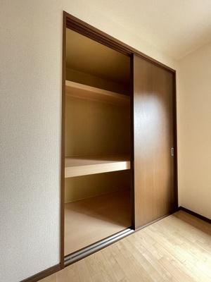 和室6帖のお部屋にある押入れです!かさばりやすい寝具や荷物もすっきり収納できてお部屋が片付きます♪