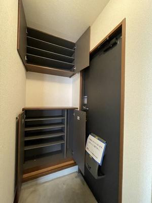 玄関には上下タイプのシューズボックス付き!間には小物を置けるので、玄関を華やかに飾れます☆