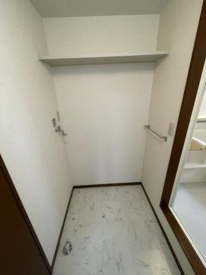 洗面所にある室内洗濯機置き場です♪室内に置けるので洗濯機が傷みにくいのが嬉しいですよね☆