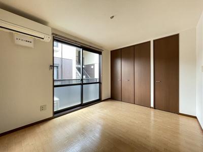 バルコニーに繋がる南向き洋室5.8帖のお部屋です♪お部屋はエアコン付きで一年中快適に過ごせちゃいます!