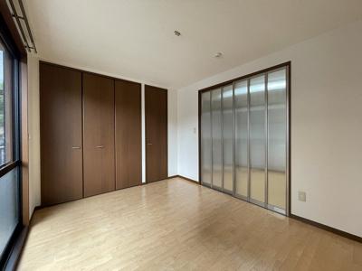クローゼット(左)と収納スペース(右)のある南向き洋室5.8帖のお部屋です!お洋服の多い方もお部屋が片付いて快適に過ごせますね♪
