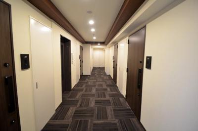シックなカーペット張りの内廊下♪