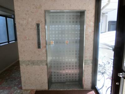 【現地写真】 本物件4Fですが、エレベーターがございます♪