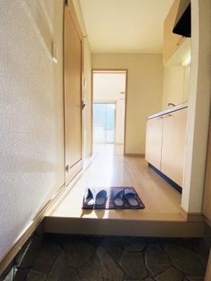 玄関から室内への景観です!キッチンの奥に洋室7.5帖のお部屋があります♪