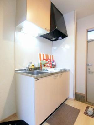 キッチンは1口IHクッキングヒーター♪IHは火を使わないので安心なうえ、お掃除もラクラク♪お鍋やお皿もすっきり収納できてお料理がはかどります♪