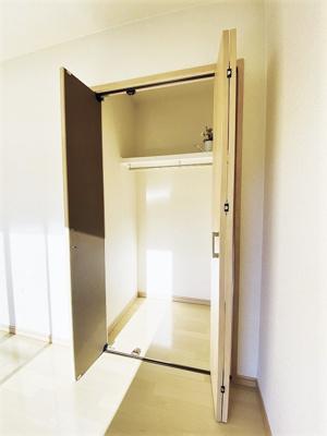 洋室7.5帖のお部屋にあるクローゼットです♪お洋服もしわにならず、キレイに収納できます☆