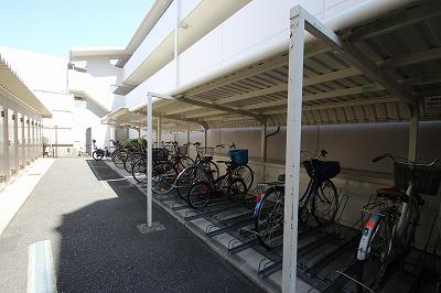 駐輪場はガッチャンとするタイプとなっています。なれない間は少し手間取るかもしれませんが、なれてしまえばあっという間に使いこなせちゃいますね!