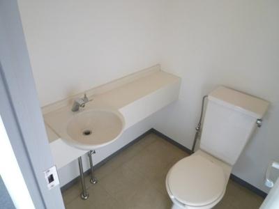使いやすい洗面所付きのトイレです!