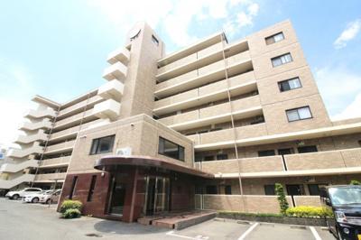 近鉄『久津川駅』徒歩2分のオール電化マンション 7階建ての2階部分 近隣にはスーパー、コンビニエンストアなどの商業施設が点在しており、交通アクセスを含めて利便性に優れた立地です。