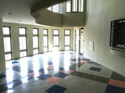 4階住居部分エレベーターを降りると吹き抜けのある気品ある空間が広がります。