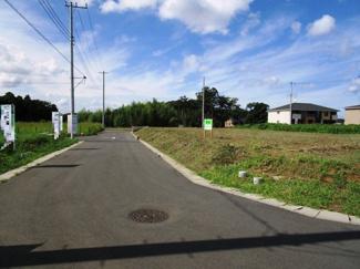 グランファミーロ八千代緑が丘 土地 八千代緑が丘駅 前面公道6mにつき、車のすれ違いもスムーズ 前面6m道路は建物同士の距離も確保できますので開放感がございます。