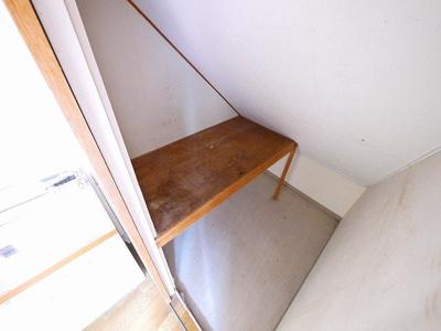 キッチン横にはちょっとした収納スペースがあります