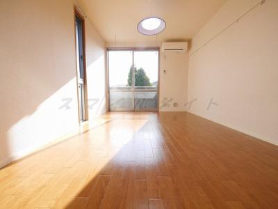 優しい色合いのフローリング・2面採光の開放感のある空間です。