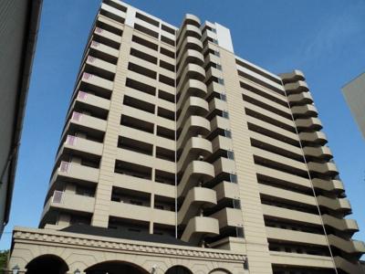 大川の畔に建つマンション。3駅以上利用可能な便利な立地です。
