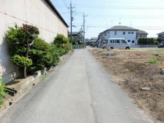前面道路の写真です。対象地は右側です。
