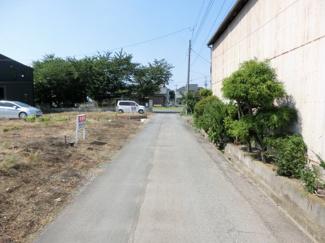 前面道路の写真です。対象地は左側です。