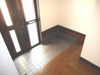 下駄箱等を置いても十分なスペースの玄関です。