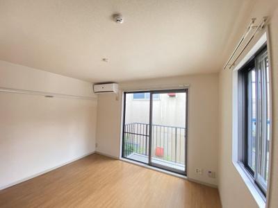 バルコニーに繋がる南向き洋室6.4帖の陽当たり・風通しの良いお部屋です!エアコン付きで1年中快適に過ごせますね☆