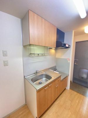 ガスコンロ設置可能なキッチンです☆場所を取るお鍋やお皿もたっぷり収納できてお料理がはかどります!