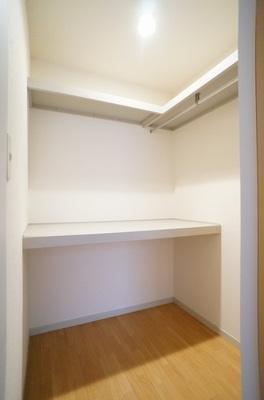 洋室6.4帖のお部屋にあるウォークインクローゼットです♪たっぷり収納できてお洋服や荷物が多くてもお部屋すっきり☆