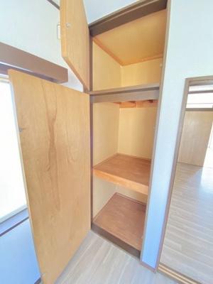洋室5.2帖のお部屋にある収納スペースです!天井まである収納スペースで、かさ張りやすい荷物もすっきり収納できちゃいます☆