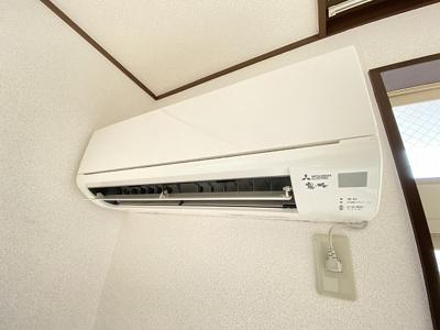 洋室6帖のお部屋には、暑い夏や寒い冬に大活躍のエアコン付きです☆冷暖房完備で1年中快適に過ごせます♪