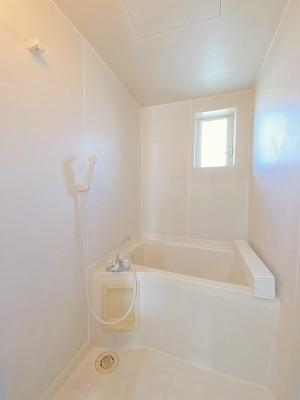 清潔感のある浴室で一日の疲れもすっきりリフレッシュできちゃいます♪浴室には窓があるので湿気対策OK!